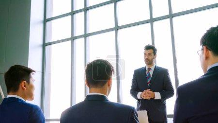 Photo pour Groupe de gens d'affaires réunis dans une conférence de séminaire. Auditoire à l'écoute de l'instructeur lors de la formation des employés. Forum du sommet communautaire des employés de bureau avec conférencier expert . - image libre de droit