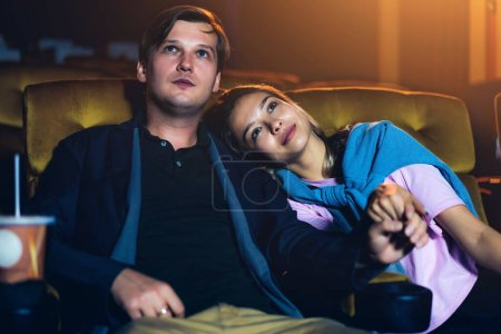 Photo pour Amant caucasien profiter pour regarder film et manger pop-corn ensemble dans le cinéma - image libre de droit